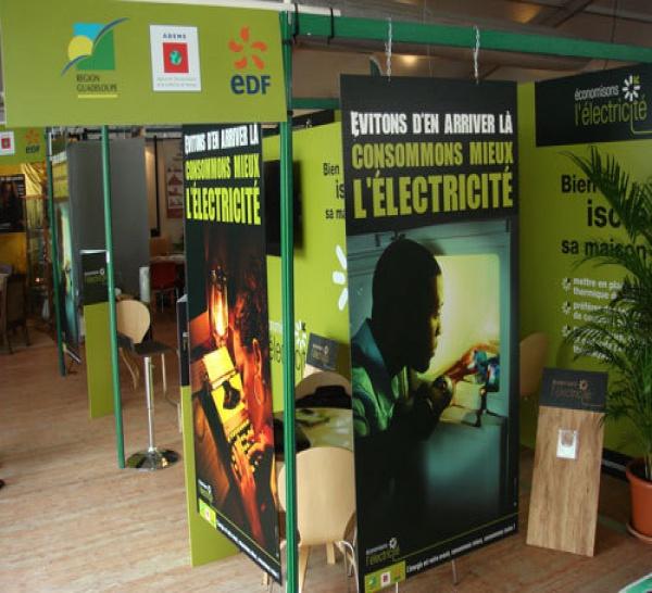 Stand Guadeloupe Maîtrise de l'Énergie : exemple de réalisation PLV réalisée par Dubois Imageries en Guadeloupe